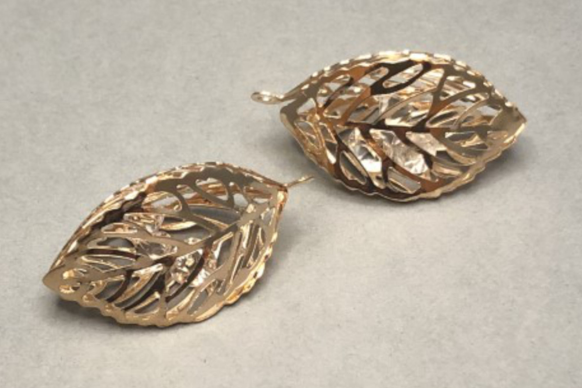 3D Filigree Gold Plated Leaf (with crystals) 35x20x20mm, 2mm hole